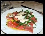 Carpaccio bovino con rucola, parmigiano e funghetti - Vino: Sauvignon Blanc Fumat Collio DOC - Eugenio Collavini