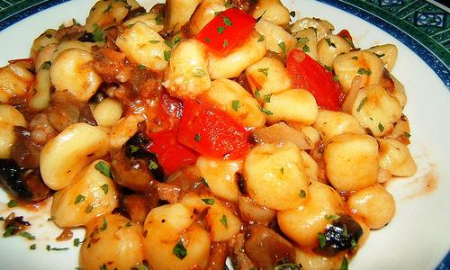 Gnocchi prezzemolati ai funghi e salsiccia con pomodoro fresco