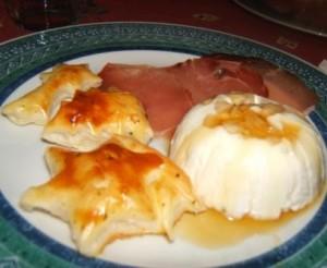 Antipasto con sformatino freddo di formaggi