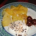 Ananas con panna al torrone e ciliege sotto spirito