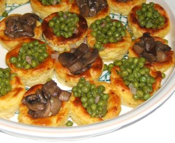 Nidi di patate con piselli e funghi