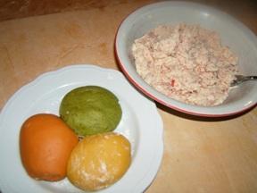 Pasta colorata e ripieno di prosciutto