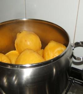 Metterle a cuocere intere in una pentola capiente con un po' di acqua nel fondo e una spruzzata di succo di limone