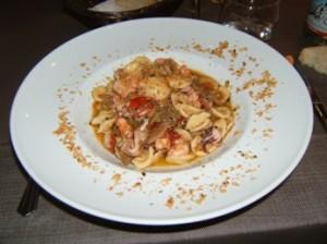 Orecchiette croccanti con frutti di mare e carciofi