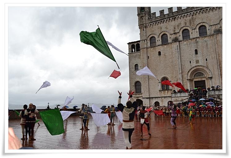 Gli sbandieratori di Gubbio in Piazza Grande per le Celebrazioni di oggi