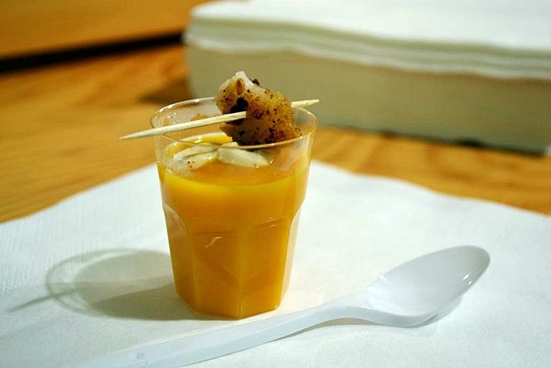 Crema piccante alle carote con ricciolo di orata in crosta di nocciole