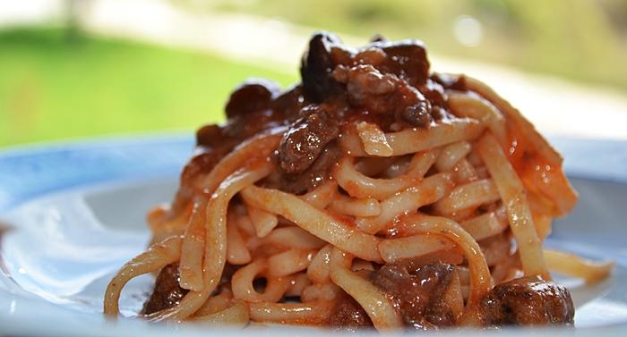 Pasta con ragu di carne e funghi