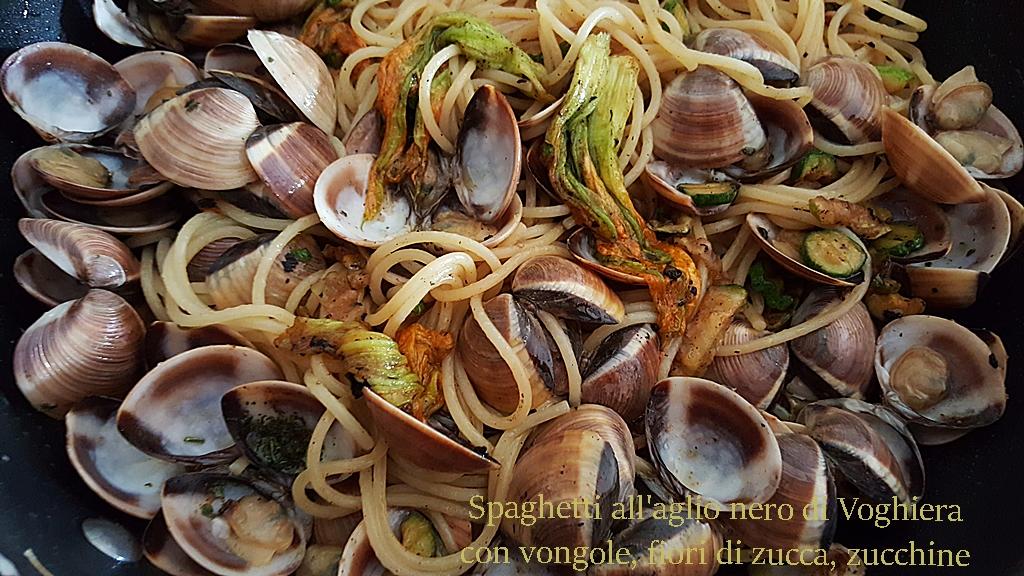 Spaghetti all'aglio nero di Voghiera con vongole, fiori di zucca, zucchine