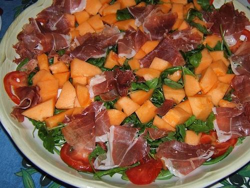 Prosciutto, melone, rucola e pomodori