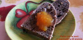 Pane con le noci e marmellata di arance