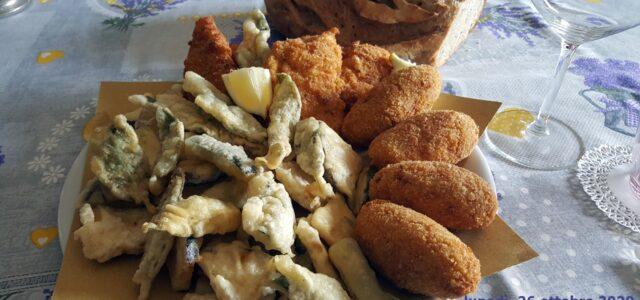 Buon fritto: supplì, petto di pollo, foglie di salvia, zucchine, melanzane