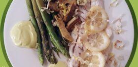 Branzino all'olio e limone Carciofi al limone Asparagi Maionese Riccioli di porro